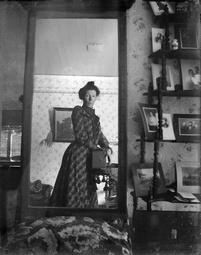 selfie woman 1900s