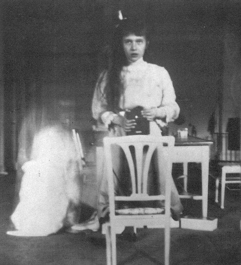 Grand_Duchess_Anastasia_Nikolaevna_self_photographic_portrait selfie