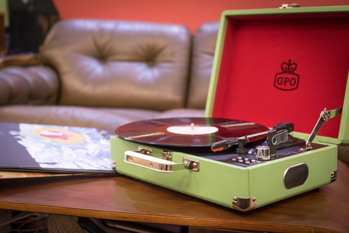 Home is where the retro electronics are - retro electronics lifestyle turntable surf4trends