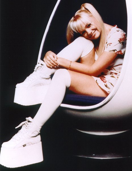 Spice Girl Emma Bunton wearng the platform shoe